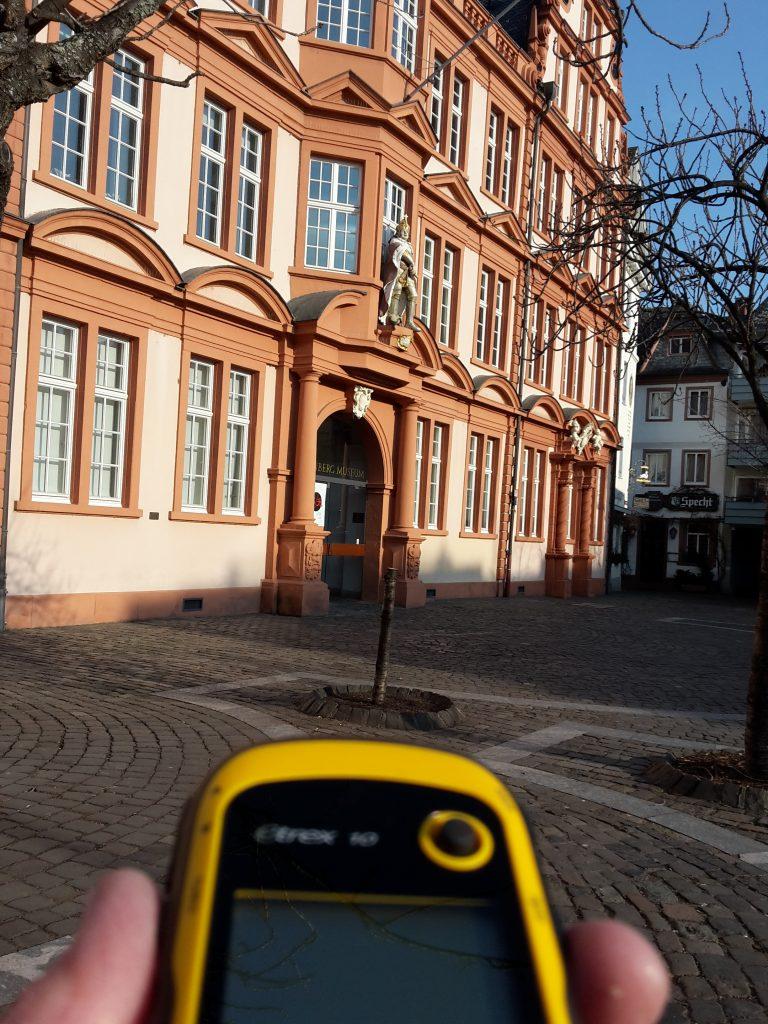 Blick auf das GPS-Gerät während einer Geocaching Tour