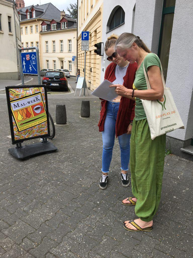 Knobeln während  Geocaching mit GEO PLAY in Mainz