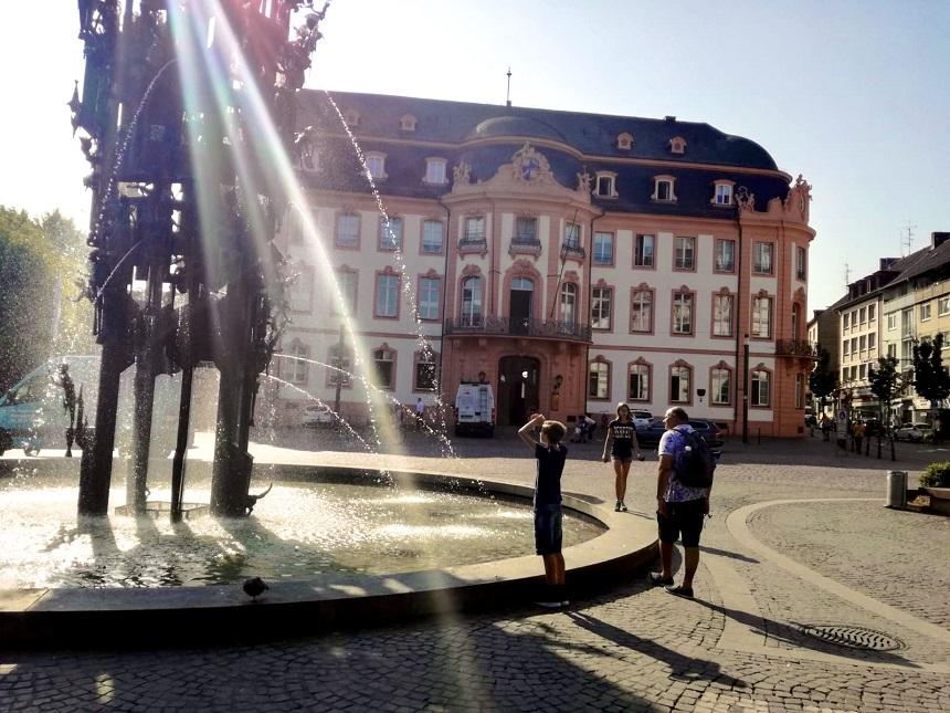 Rätsel lösen während der Geocachingtour mit GEO PLAY in Mainz
